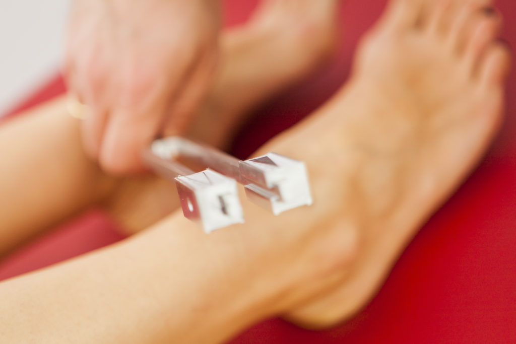 Testung der Vibrationsempfindung (sog. Pallästhesie). Ein wichtiger erster Untersuchungsschritt bei der Untersuchung einer Polyneuropathie. Bestehen hier Auffälligkeiten, sollte eine NLG-Untersuchung erfolgen.
